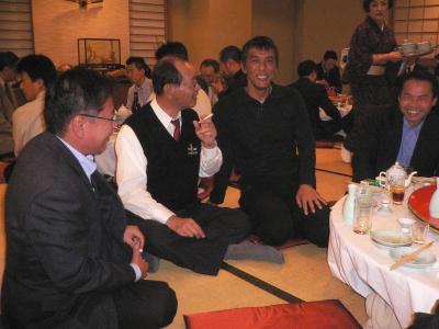新宮新会長を囲んで歓談中