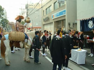 すノ三和田さん宅前で祝う
