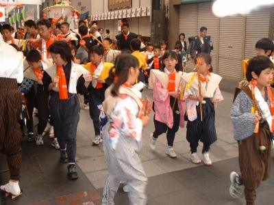 恵比須流の言い立てを謡いながらいく子供たち