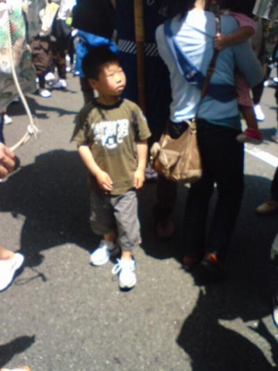 傘鉾をくぐる子供